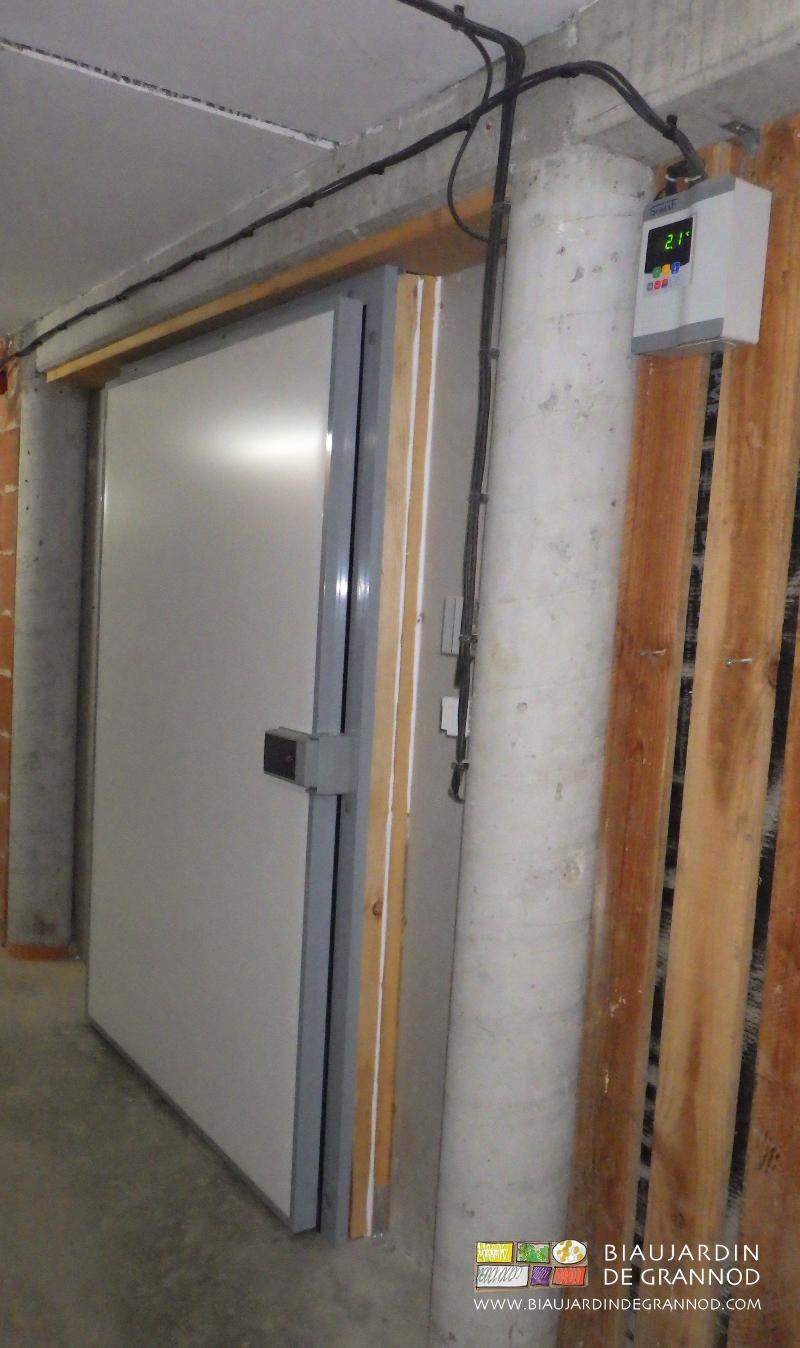 porte assez large pour le confort de passage, reste à compléter la protection extérieure par  bardage bois