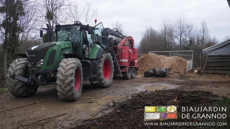 Une fois repliée, la machine est emmenée par le tracteur.