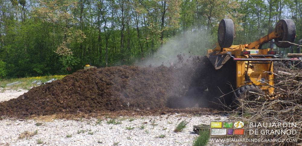 Le retourneur d'andains de la Cuma compost 71 homogénéise et aère le tas de fumier de bovin.