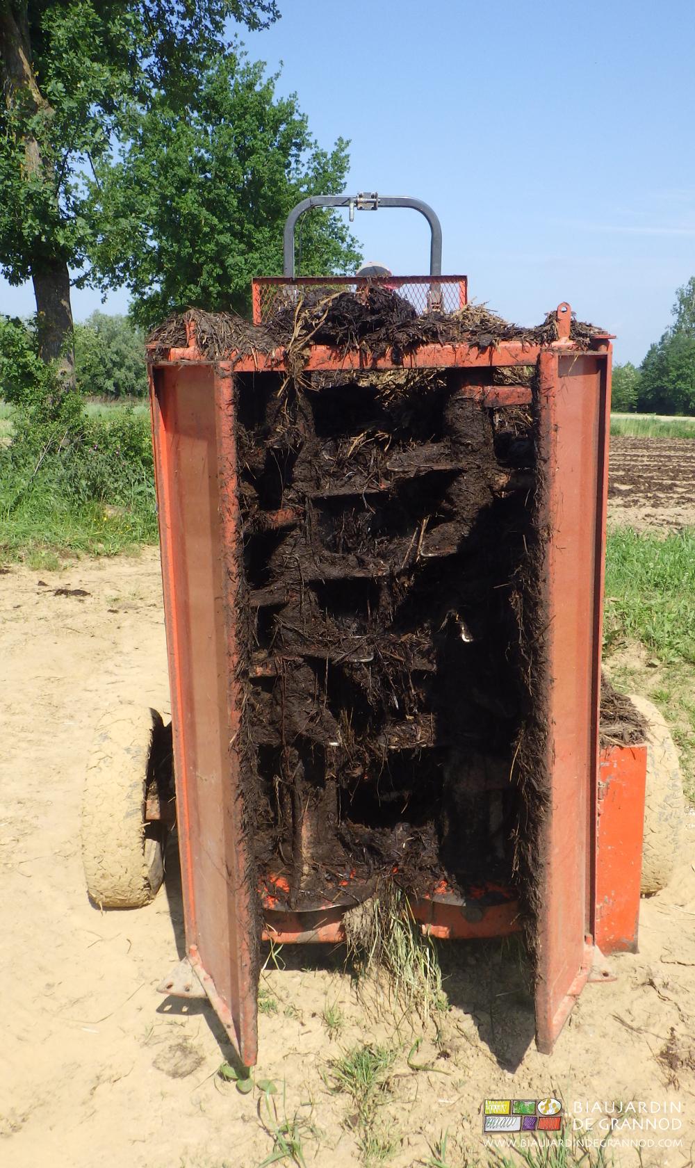 L'épandeur à hérissons verticaux émiette bien le fumier rapidement composté.