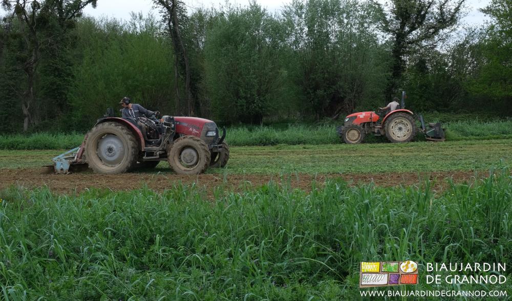 Le problème inhérent au travail au tracteur, chaque fois que l'outil est derrière : la position en torsion.