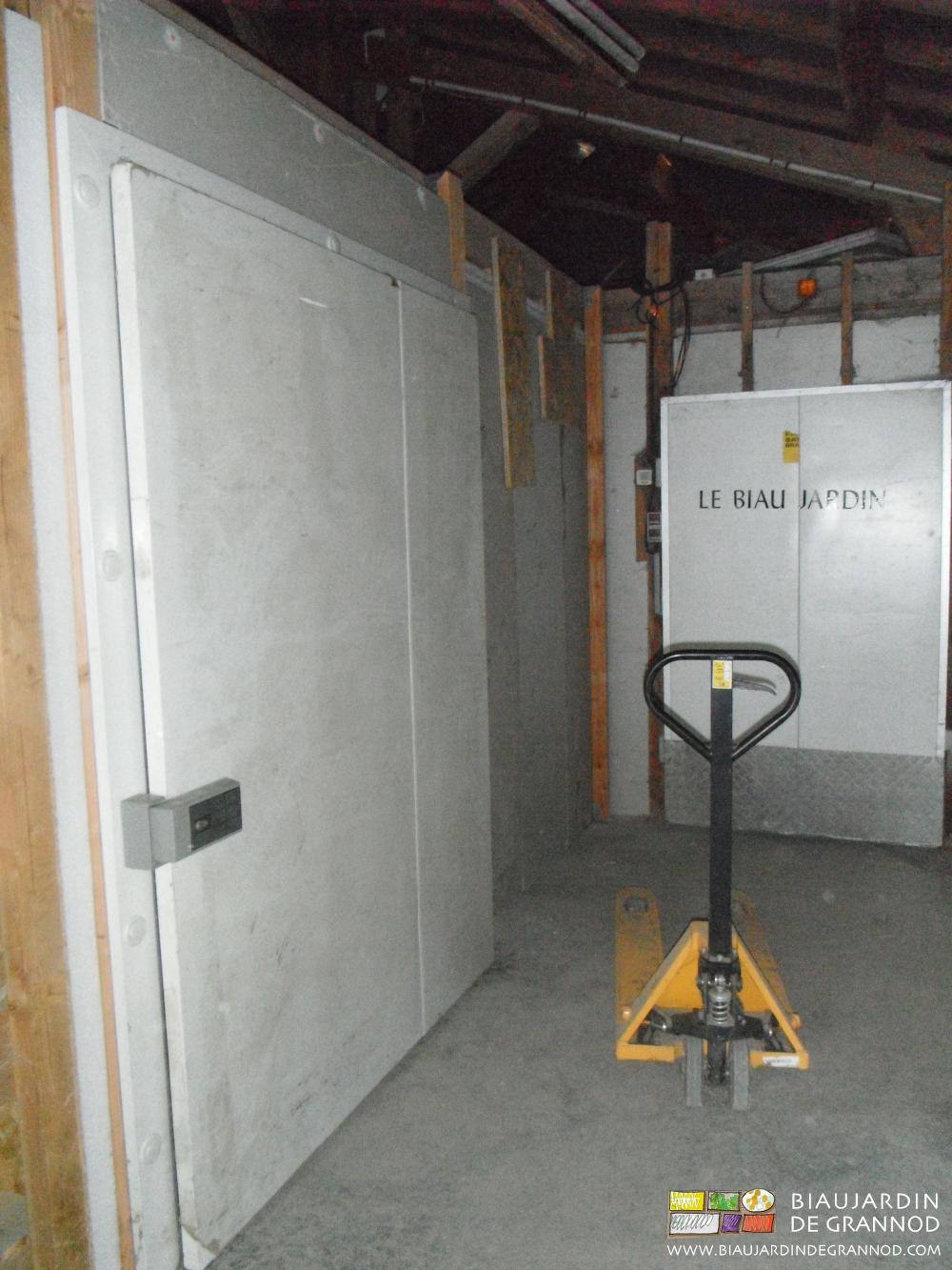 Un transpalette en permanence à l'étage permet de le valoriser pour des rangements et stockages assez importants sans empilement.