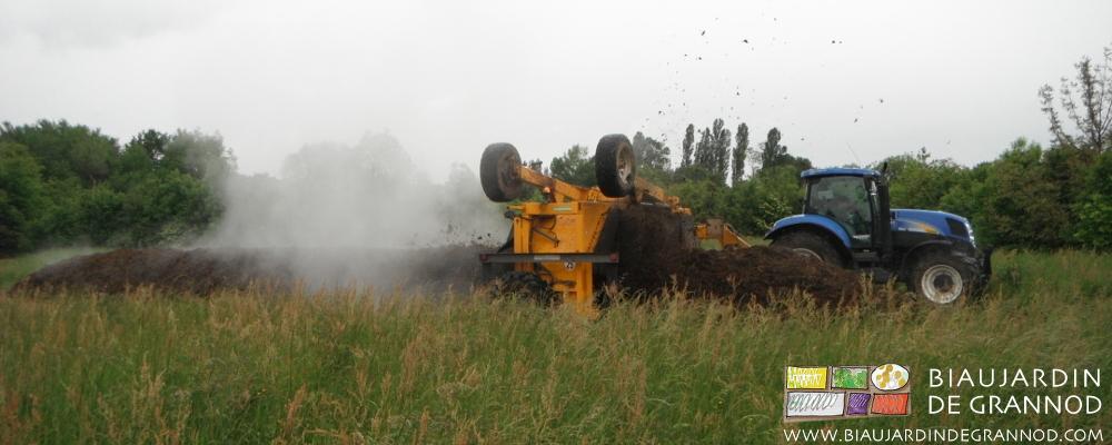 Le retourneur de la Cuma compost 71 émiette et aère le tas de fumier pour une meilleure fermentation.