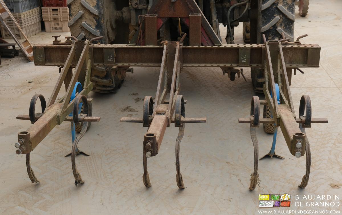 La barre porte outils autoconstruite montée pour binage 2 rangs.