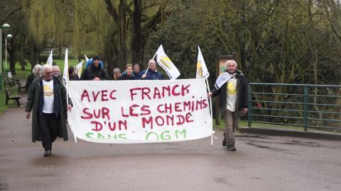 Franck, éleveur dans la Loire, est accompagné par un groupe de Faucheurs Volontaires lors de sa dernière journée de marche.
